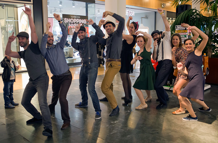 Miembros de Pamplona swing haciendo movimientos de baile. Hazte soci@